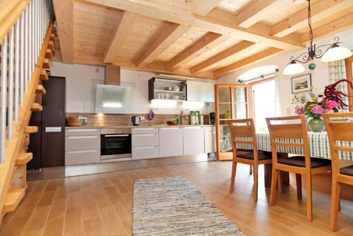 Die geräumige Wohnküche der Ferienwohnung Wendelstein