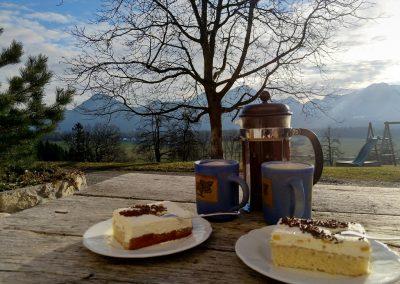 Kaffeetisch mit Bergblick_komp
