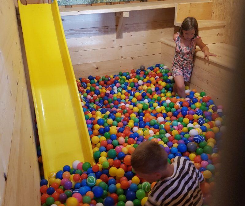 neue Attraktion: das Bällebad in der Spielscheune