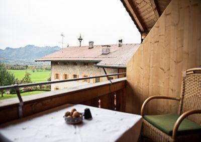 FeWo Kranzhorn_Blick vom Balkon zum Bauernhaus
